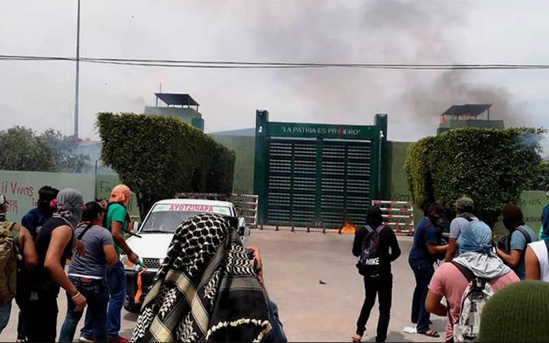 Atacan cuartel militar con petardos y bombas en protesta por desaparecidos de Ayotzinapa